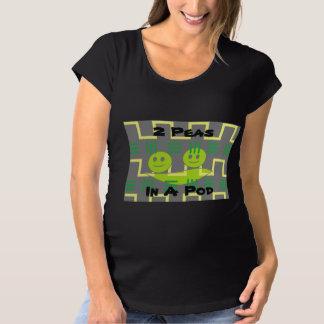 2 ervilhas em uma camisa da maternidade do vagem
