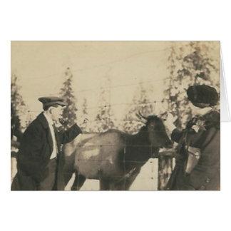 2 pessoas e um cartão da vaca