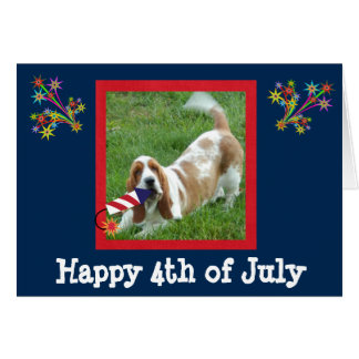 4o do cartão de julho com Basset Hound e o Rocket