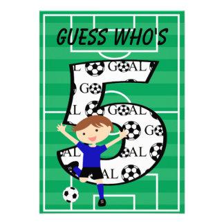 5o Convite azul e preto do aniversário do futebol