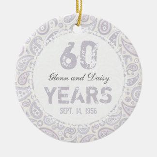 60th Monograma de Paisley do aniversário de Ornamento De Cerâmica Redondo