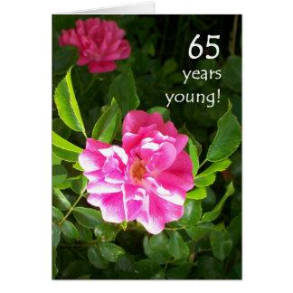 65th Cartão de aniversário - rosas cor-de-rosa