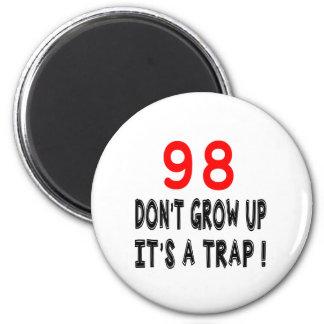 98 não cresça acima, ele é design de um imã de geladeira
