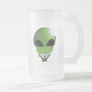 A alienígena verde geou a caneca do vidro de fosco