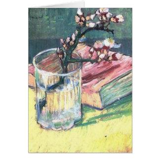 A amêndoa de florescência ramifica em um vidro e e cartão