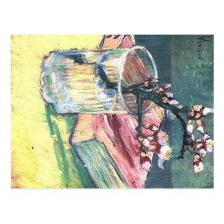 A amêndoa de florescência ramifica em um vidro e e cartões postais