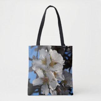 A amêndoa floresce o bolsa