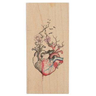A arte do amor fundiu corações anatômicos com as pen drive de madeira