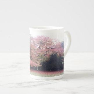 A árvore com rosa sae da caneca da porcelana de