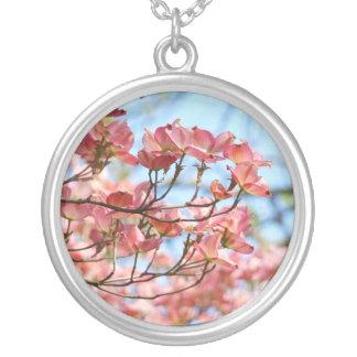 A árvore de Dogwood cor-de-rosa floresce a prata Colar Com Pendente Redondo