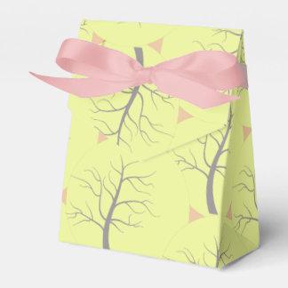 A árvore ensolarada circunda a caixa de presente