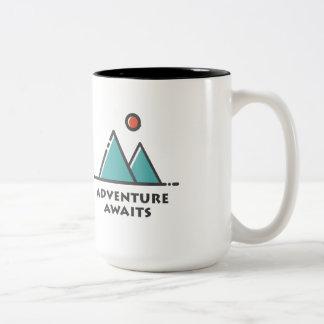 A aventura espera a caneca de café do dois-tom