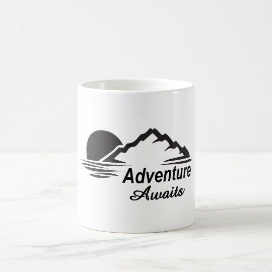 A aventura espera o excelente da natureza fora caneca de café
