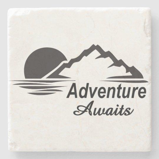 A aventura espera o excelente da natureza fora porta copos de pedra
