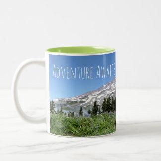 A aventura espera (o Monte Rainier) Caneca De Café Em Dois Tons