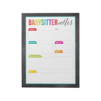 A baby-sitter nota o bloco de notas para os pais