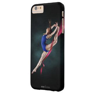 A bailarina de Katya salta o Pin acima da capa de