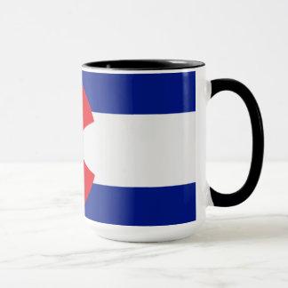 A bandeira de Colorado em uma caneca de café