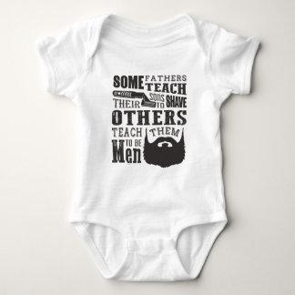 A barba, algum pai ensina para barbear outro para body para bebê
