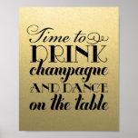 A bebida Champagne e dança o sinal Wedding de |
