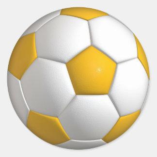 A bola de futebol amarela ostenta etiquetas