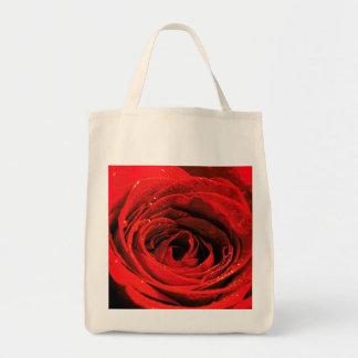 A bolsa de compra e a rosa vermelha