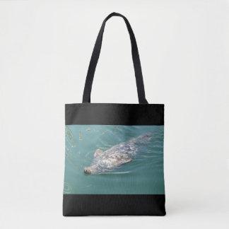 A bolsa de praia com a sacola bonito das fotos dos
