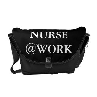 A bolsa mensageiro branca preta engraçada do @Work