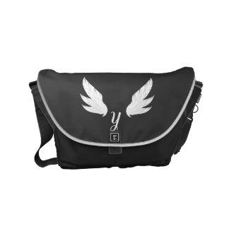 A bolsa mensageiro branca voada do monograma |