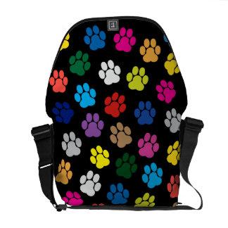 A bolsa mensageiro colorida das patas do cão