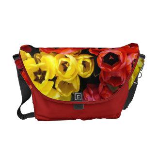 A bolsa mensageiro com grupos amarelos e vermelhos