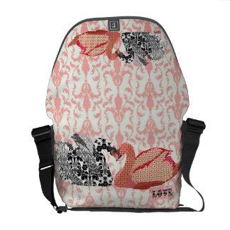 A bolsa mensageiro cor-de-rosa do amor do damasco