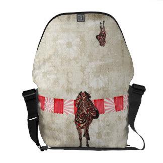A bolsa mensageiro cor-de-rosa do branco da zebra