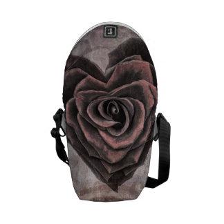 A bolsa mensageiro cor-de-rosa do coração do