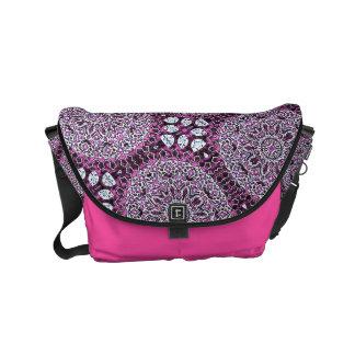 A bolsa mensageiro cor-de-rosa do design de Boho