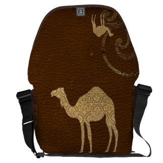 A bolsa mensageiro da silhueta do camelo