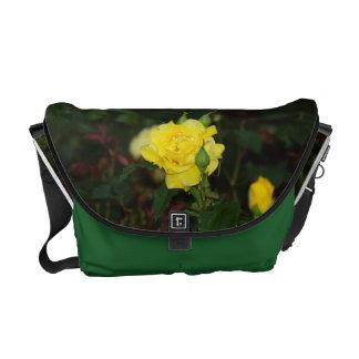A bolsa mensageiro do rosa amarelo
