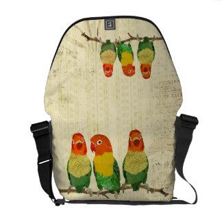 A bolsa mensageiro dos pássaros do amor do ouro