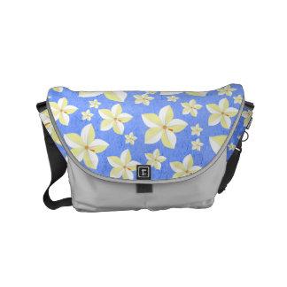 A bolsa mensageiro floral azul e branca rústica do
