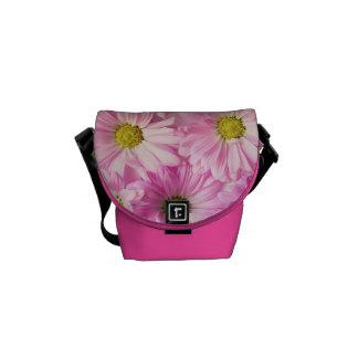 A bolsa mensageiro - margaridas cor-de-rosa do