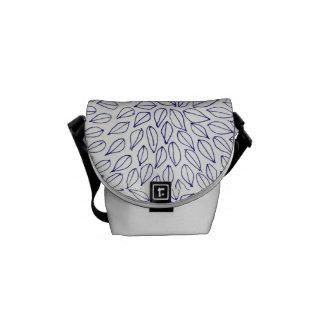 A bolsa mensageiro pequena com as folhas em preto