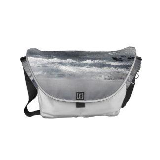 A bolsa mensageiro pequena da praia preto e branco