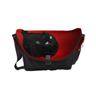 A bolsa mensageiro pequena do gato preto