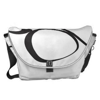 A bolsa mensageiro preto e branco da colagem da