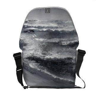 A bolsa mensageiro preto e branco da praia