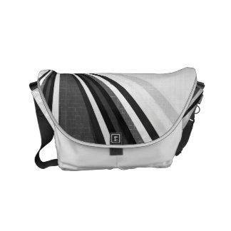 A bolsa mensageiro preto e branco dos laços