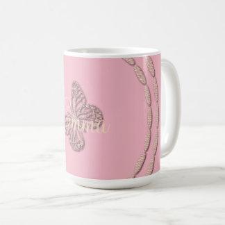 A borboleta cor-de-rosa bonito adiciona a caneca