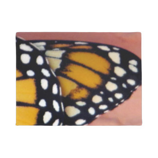A borboleta de monarca voa o Doormat Tapete