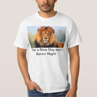 A cabeça do leão de Hakuna Matata tem um t-shirt