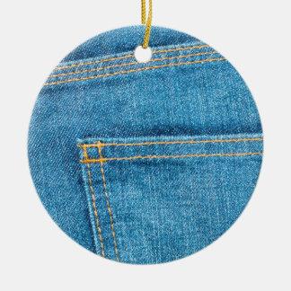 A calças de ganga suporta o ornamento cerâmico do